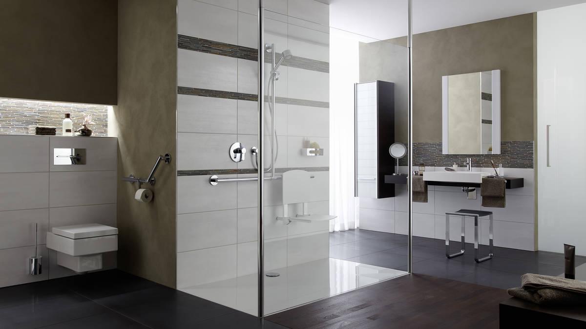 Foto hansgrohe: Die Glasabtrennung lässt die bodenebene Duschfläche beidseitig offen. In der Dusche sind Haltegriff und Sitz montiert. (Abtrennung, Duschfläche HÜPPE GmbH).